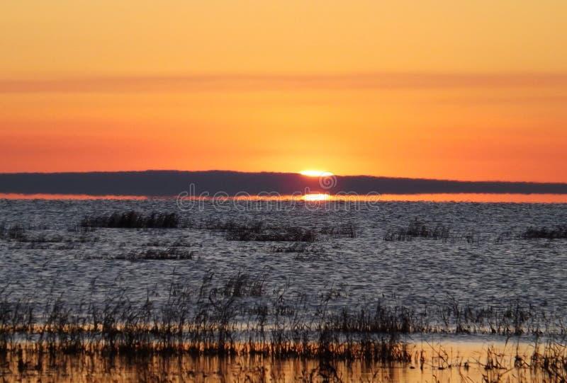 Nascer do sol pelo lago imagens de stock