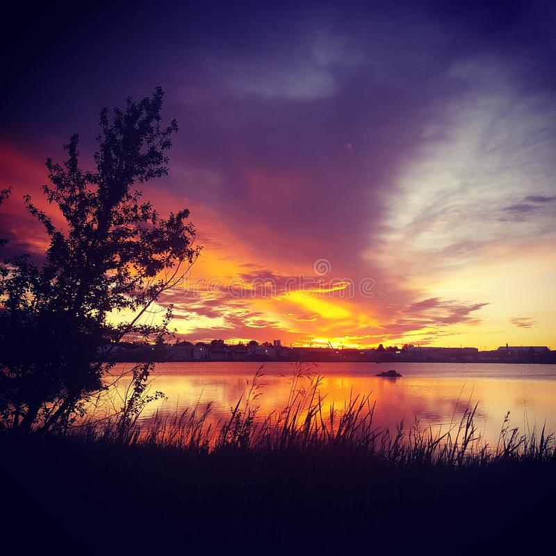 Nascer do sol pequeno da lagoa fotos de stock