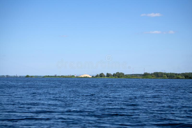 Nascer do sol pitoresco bonito sobre as casas de país de origem antigas do lago e casas de barco de madeira no lugar do lago da m foto de stock