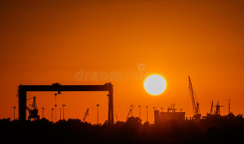 Nascer do sol/por do sol industriais fotografia de stock royalty free