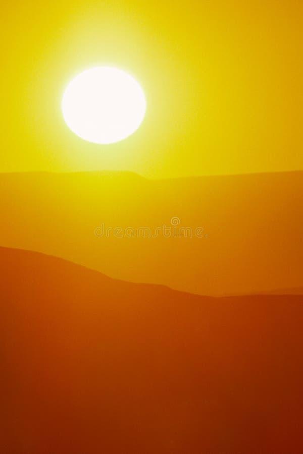 Nascer do sol quente do verão com grande Sun e o céu amarelo brilhante fotos de stock