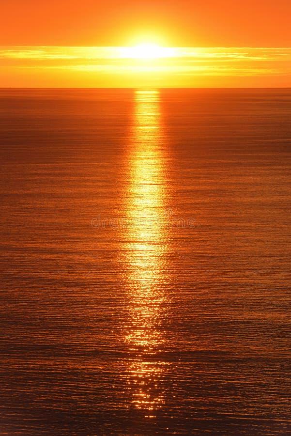 Nascer do sol refletido no oceano imagem de stock