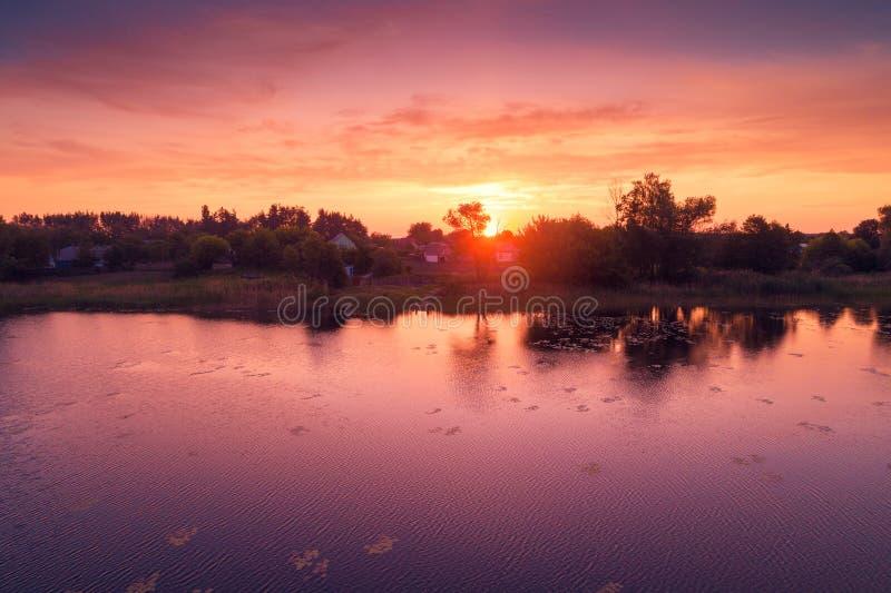 Nascer do sol roxo mágico sobre o lago imagens de stock