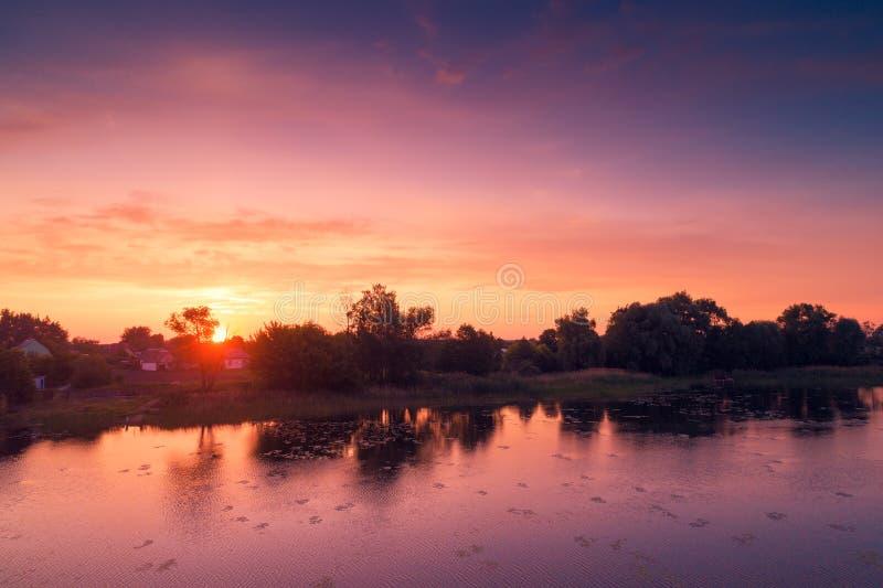 Nascer do sol roxo mágico sobre o lago imagens de stock royalty free
