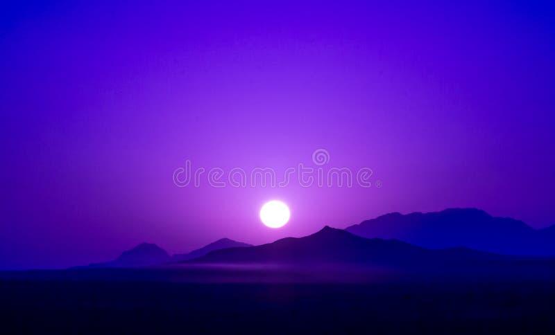 Nascer do sol roxo sobre montanhas na sobremesa de Irã foto de stock