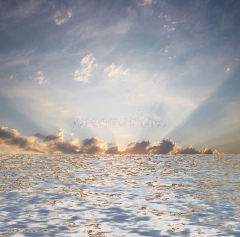 Nascer do sol sob a água. fotografia de stock