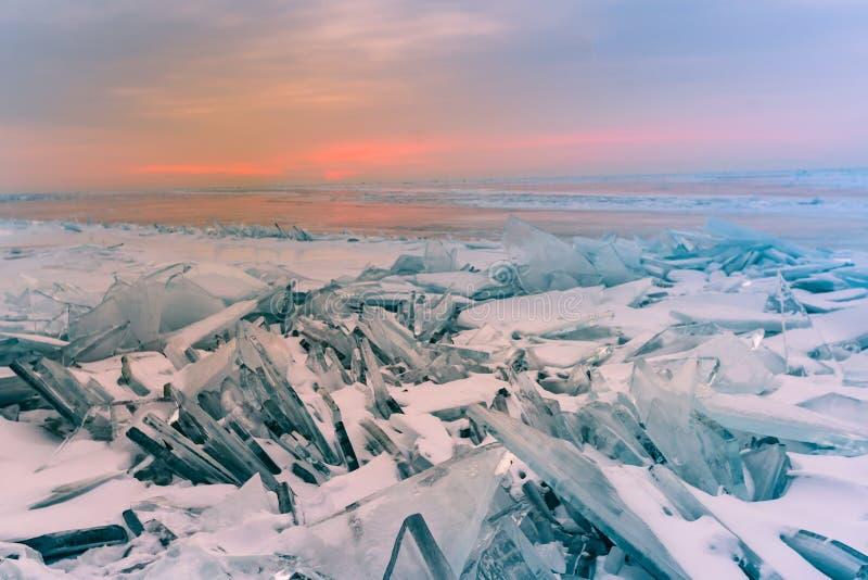 Nascer do sol sobre a água congelada o Lago Baikal Rússia foto de stock