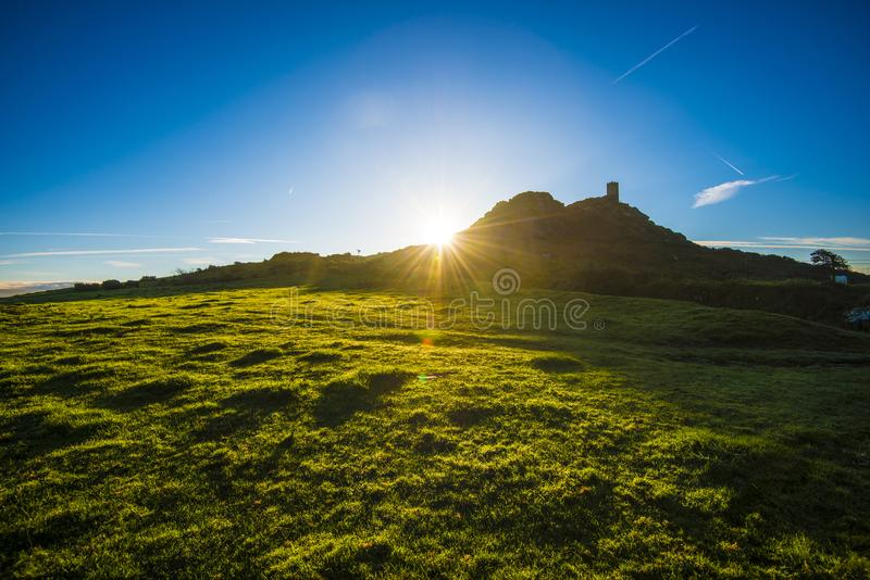 Nascer do sol sobre Brent Tor Church em Dartmoor em Devon, Inglaterra foto de stock