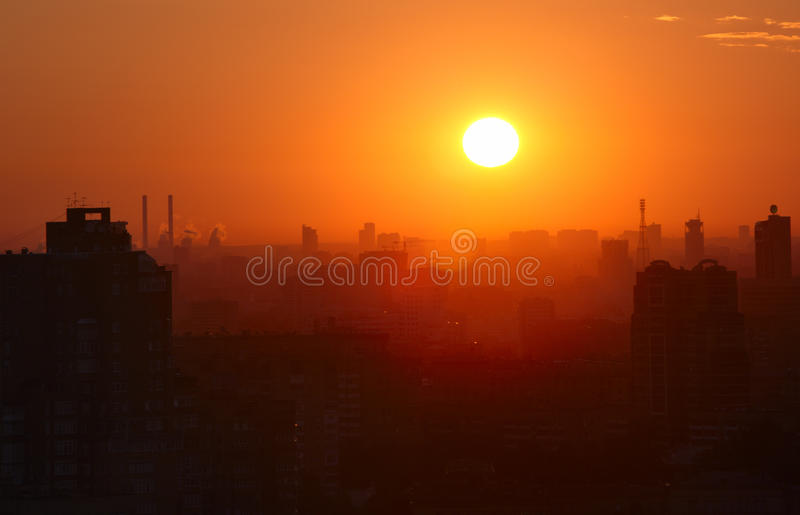 Nascer do sol sobre a cidade. foto de stock royalty free