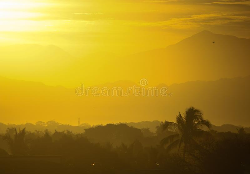 Nascer do sol sobre a cordilheira ocidental de Sierra Madre fotos de stock