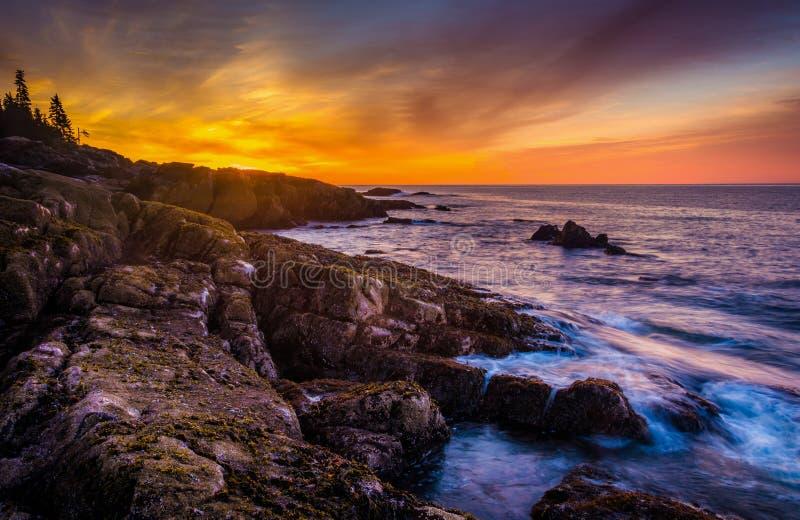 Nascer do sol sobre a costa rochosa e o Oceano Atlântico na nação do Acadia fotos de stock