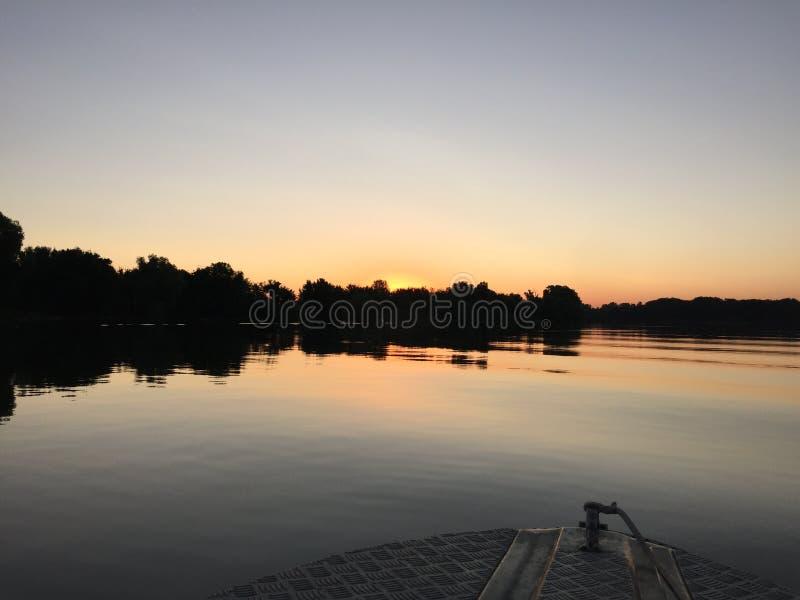 Nascer do sol sobre Danúbio imagem de stock