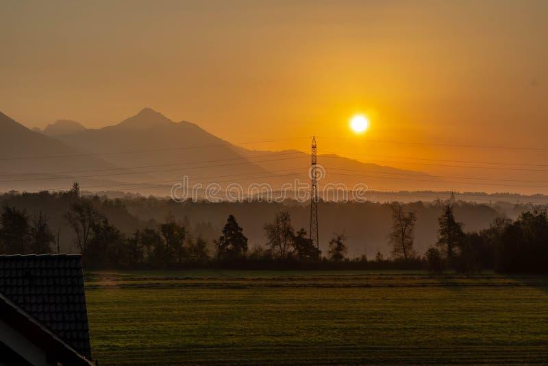 Nascer do sol sobre a floresta e as montanhas fotografia de stock royalty free