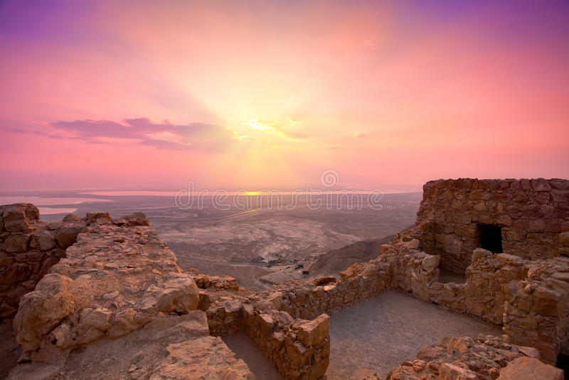 Nascer do sol sobre a fortaleza de Masada fotografia de stock