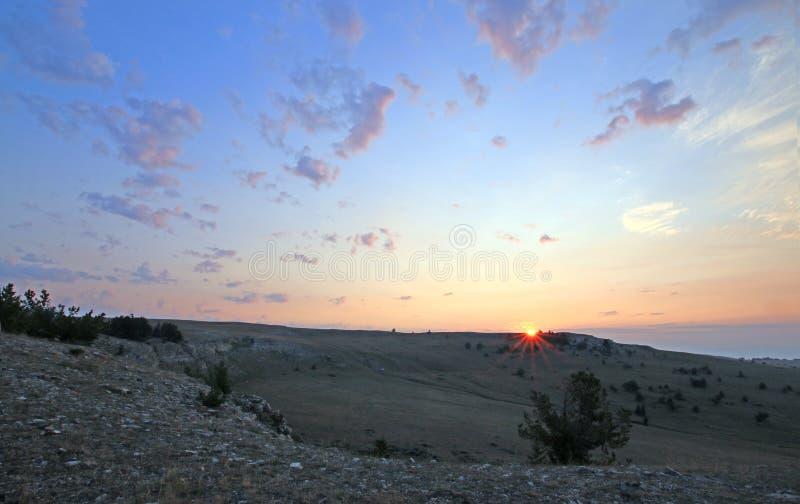 Nascer do sol sobre a garganta/bacia da xícara de chá em Sykes Ridge nas montanhas na beira de Wyoming Montana - EUA de Pryor imagens de stock