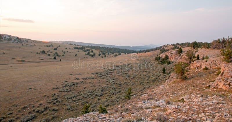 Nascer do sol sobre a garganta/bacia da xícara de chá em Sykes Ridge nas montanhas na beira de Wyoming Montana - EUA de Pryor fotografia de stock