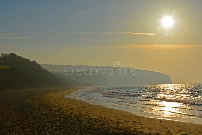 Nascer do sol sobre Misty Bay imagens de stock