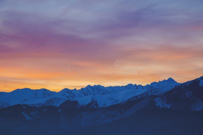 Nascer do sol sobre montanhas de Tatry da neve imagens de stock royalty free