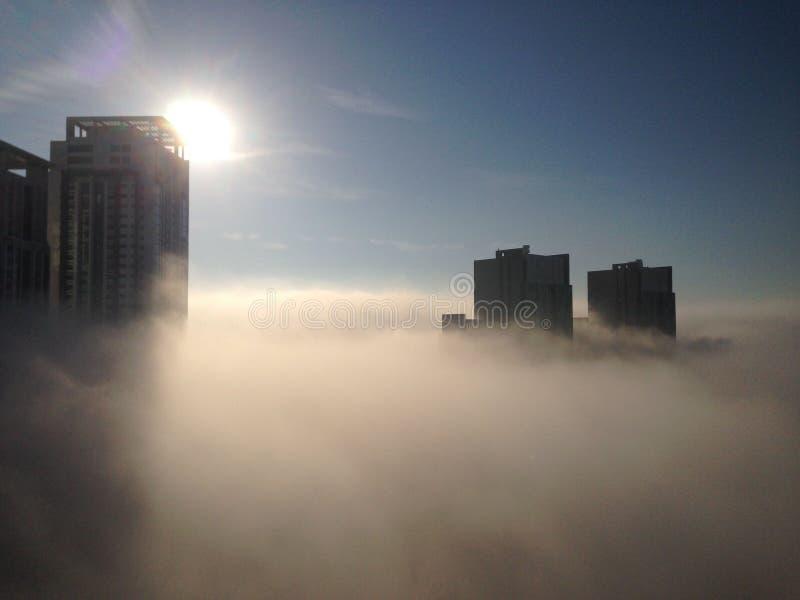 Nascer do sol sobre a névoa foto de stock