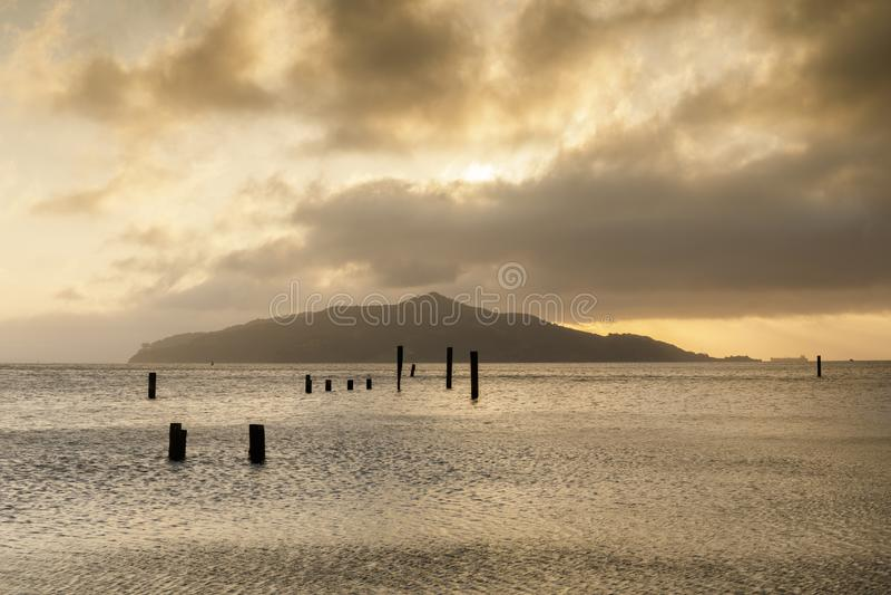 Nascer do sol sobre o cais velho de Sausalito que olha Angel Island imagens de stock
