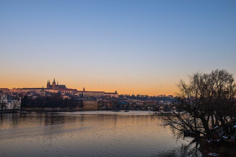 Nascer do sol sobre o castelo de Praga foto de stock
