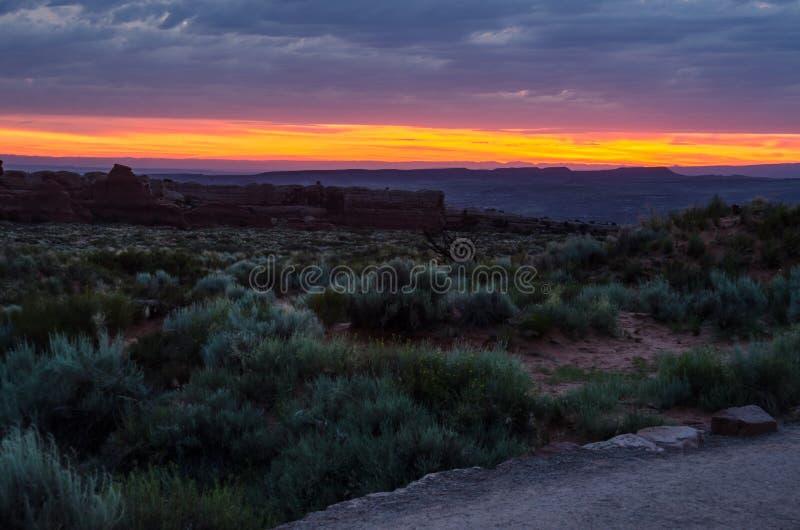 Nascer do sol sobre o deserto com fuga de caminhada foto de stock