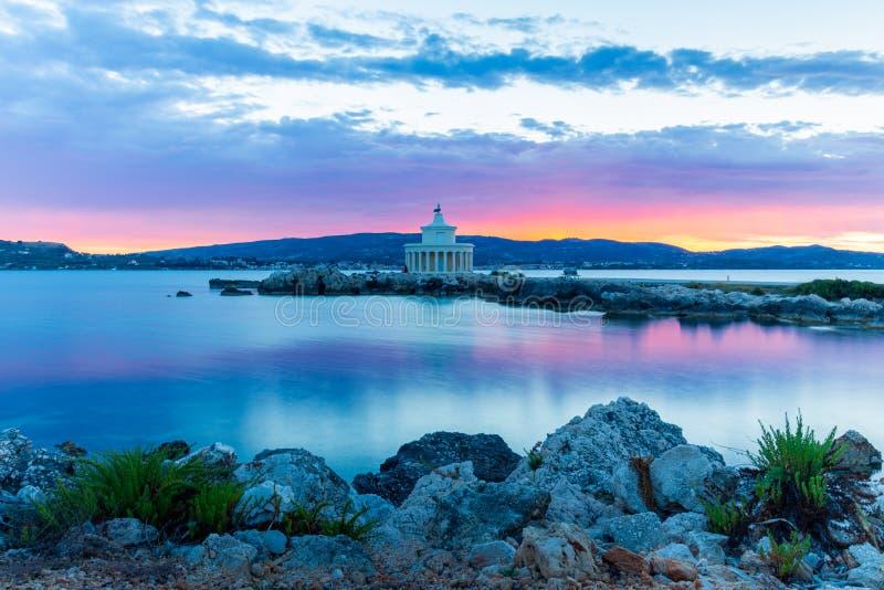 Nascer do sol sobre o farol de Saint Theodoroi, Kefalonia, Gr?cia fotos de stock royalty free