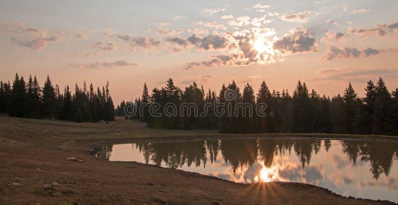 Nascer do sol sobre o furo de água do cavalo selvagem no alvorecer na escala do cavalo selvagem das montanhas de Pryor em Montana fotos de stock