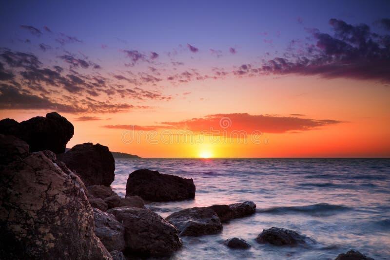 Nascer do sol sobre o horizonte do oceano foto de stock