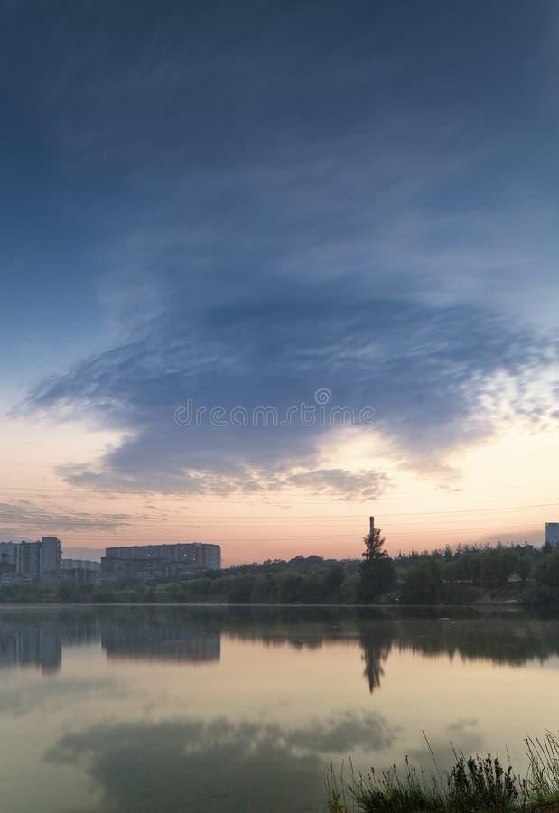 Nascer do sol sobre o lago imagem de stock royalty free