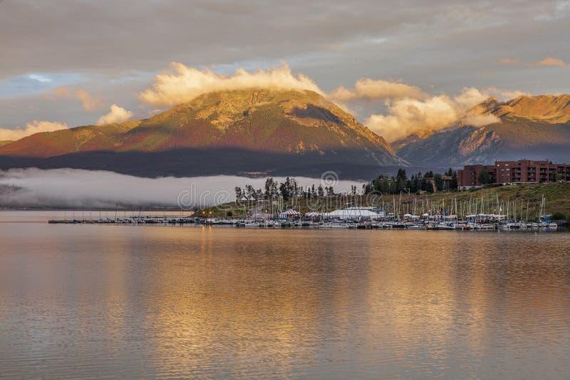 Nascer do sol sobre o lago Dillon e o porto imagem de stock royalty free