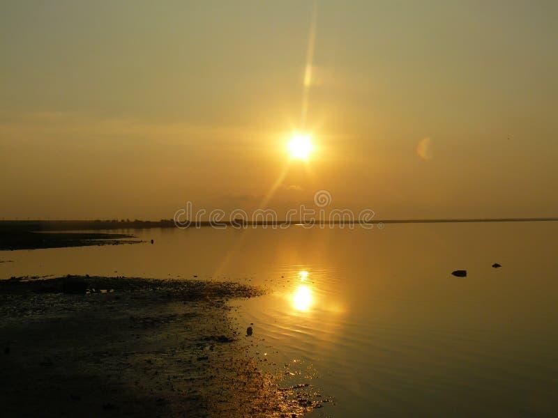 Nascer do sol sobre o lago fotos de stock royalty free