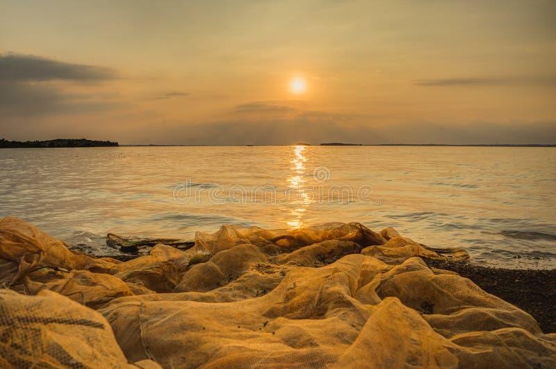Nascer do sol sobre o lago no tri, província de Dongnai, Vietname fotos de stock royalty free