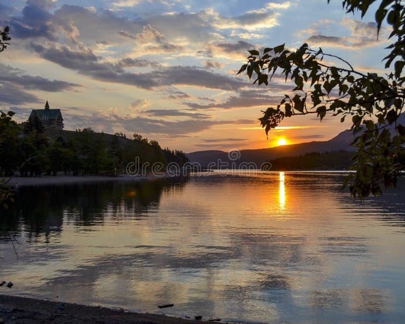 Nascer do sol sobre o lago Waterton imagem de stock royalty free