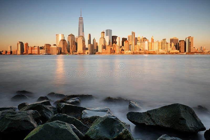 Nascer do sol sobre o Lower Manhattan imagens de stock