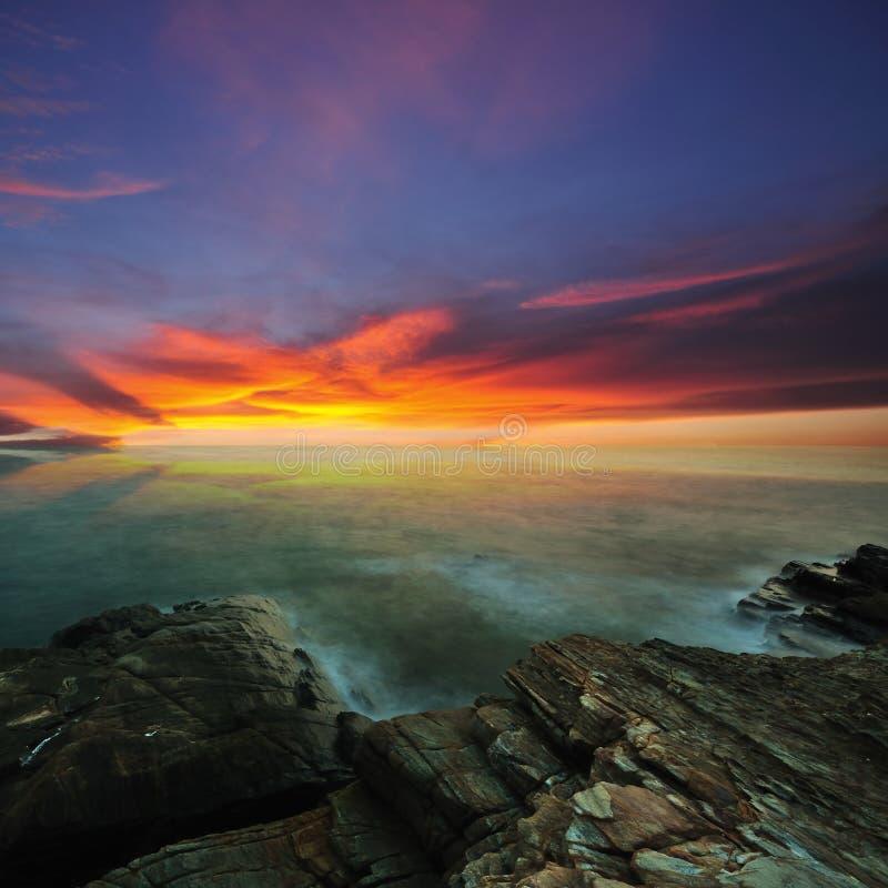 Nascer do sol sobre o mar imagem de stock royalty free