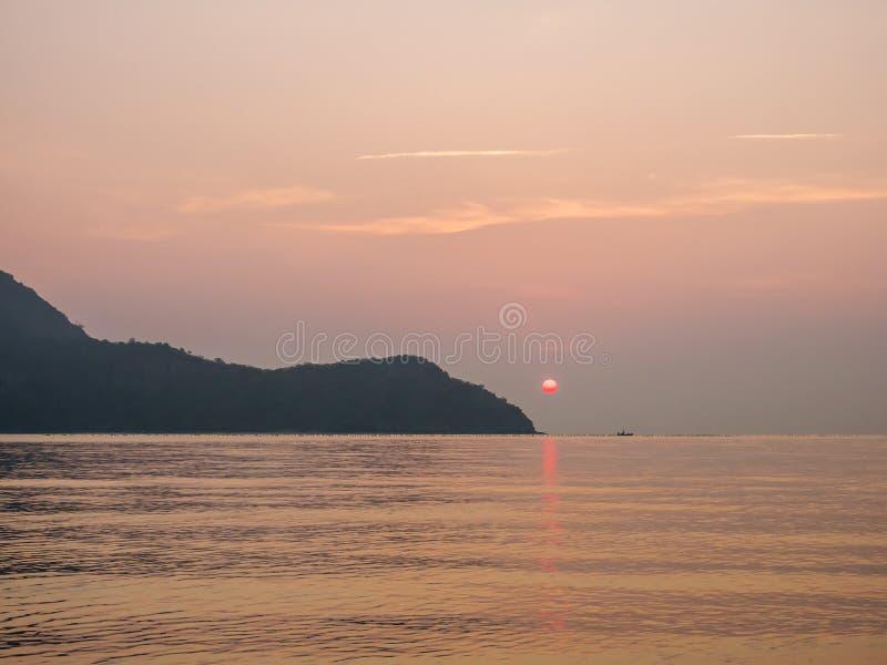 Nascer do sol sobre o mar 1 fotografia de stock