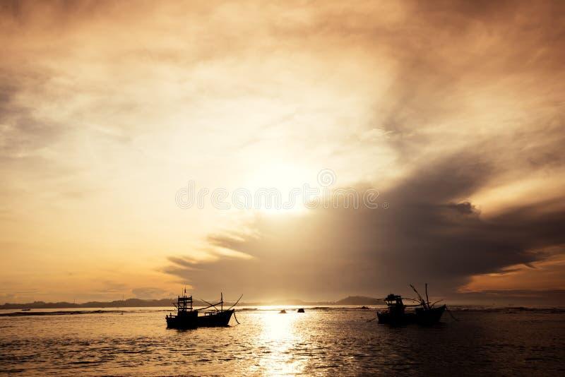 Nascer do sol sobre o mar com os dois barcos dos pescadores imagens de stock royalty free