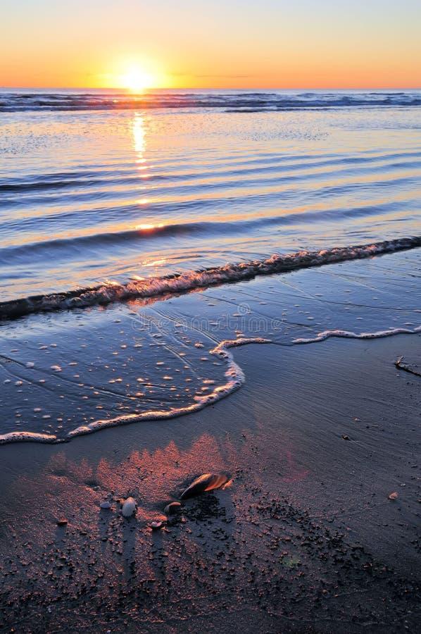 Nascer do sol sobre o oceano calmo
