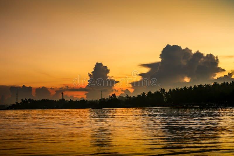 Nascer do sol sobre o oceano perto da praia de Lovina, Bali Formações da nuvem imagens de stock royalty free