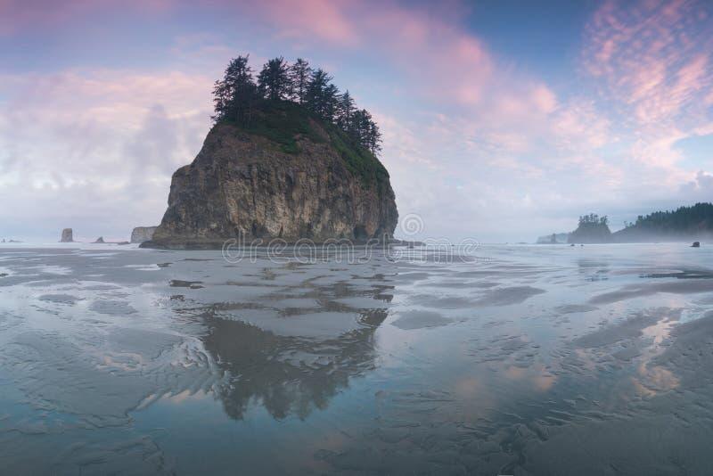 Nascer do sol sobre o Pacífico através dos arcos do mar em uma praia no parque nacional olímpico, impulso do La, costa oeste de W imagens de stock