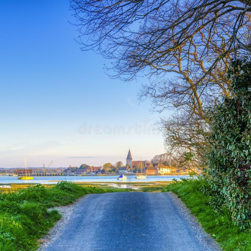 Nascer do sol sobre o porto de Bosham e a vila, Sussex ocidental, Reino Unido fotos de stock