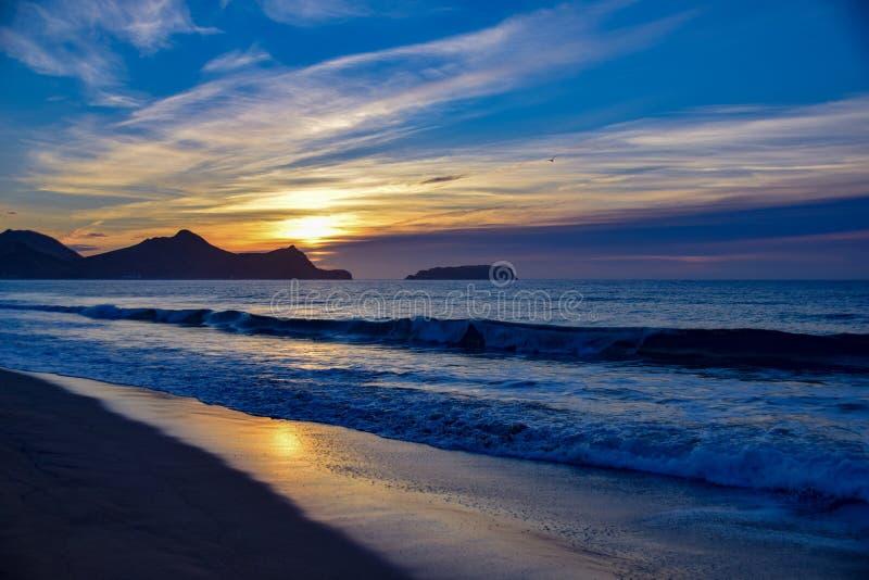 Nascer do sol sobre o promontório ao leste de Vila Baleira, Porto Santo Isla imagem de stock