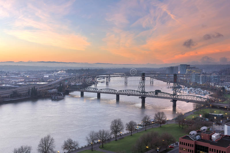 Nascer do sol sobre o rio de Willamette em Portland Oregon foto de stock