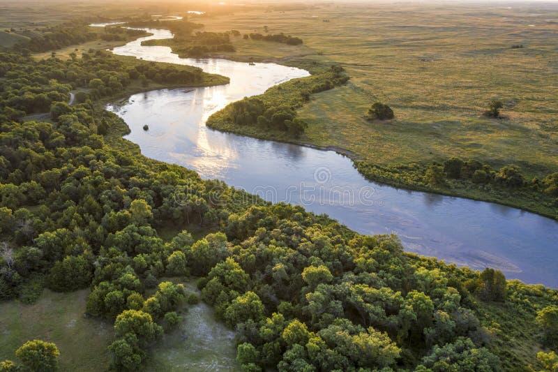 Nascer do sol sobre o rio desânimo em Nebraska Sandhills foto de stock