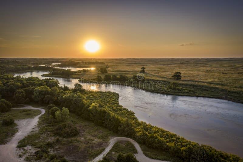 Nascer do sol sobre o rio desânimo em Nebraska Sandhills fotografia de stock