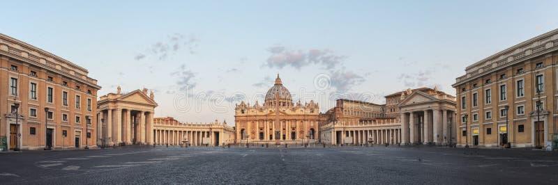Nascer do sol sobre o St Peters Basilica em Cidade Estado do Vaticano imagens de stock