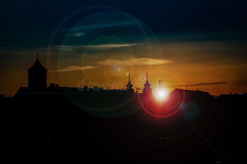 Nascer do sol sobre o sumário da cidade foto de stock