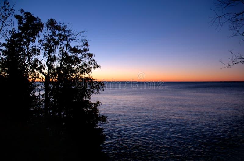 Nascer do sol sobre o superior de lago imagem de stock
