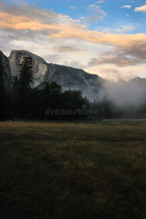 Nascer do sol sobre o vale de Yosemite com meia abóbada um EL Capitan Mounta fotografia de stock royalty free